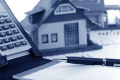 Model huis en calculator Stock Afbeeldingen