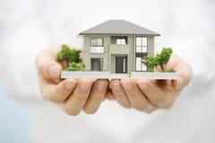 Model Huis met een Hand Royalty-vrije Stock Afbeelding