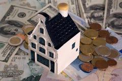 Model huis op een bankbiljettenachtergrond Stock Foto's