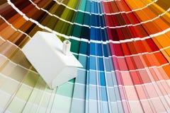 Model huis op kleurenpalet Royalty-vrije Stock Foto's