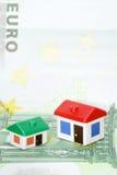 Model huizen op euro bankbiljet Stock Afbeeldingen
