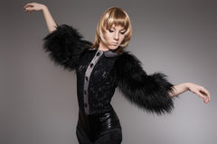 Model i modekläder med päls- & läderkortslutningar Royaltyfria Bilder
