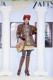 Model in kostuum bij de show van ontwerper Slava Zaitsev Stock Foto's