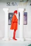 Model in laag bij de show van ontwerper Slava Zaitsev Stock Foto's