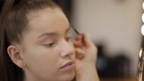 Model makeup makeup artystą w piękno salonie Pierwszy osoba widok Rudzielec model z piegami Zamyka w górę modela zdjęcie wideo