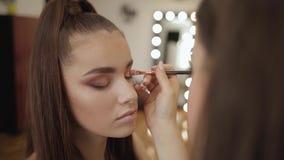 Model makeup makeup artystą w piękno salonie Pierwszy osoba widok Rudzielec model z piegami Zamyka w górę modela zbiory