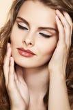 Model med glamourmodesmink i retro stil arkivbilder