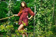 Model meisje en bomen. Stock Afbeelding