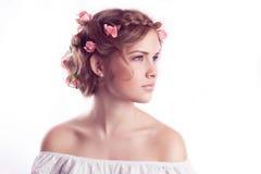 Model met bloemen gevoelig kapsel stock fotografie