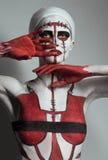 Model met creatief rood en wit lichaamsart. royalty-vrije stock afbeelding