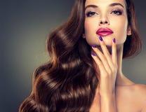 Model met dicht, krullend haar royalty-vrije stock fotografie