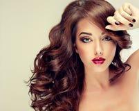 Model met dicht, krullend haar en zwarte manicure royalty-vrije stock fotografie
