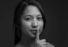 Model met een geheim wordt geïsoleerd dat stock fotografie
