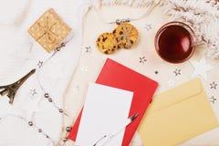 Model met een kop thee, een lege document en een pen op stoffenachtergrond royalty-vrije stock afbeelding