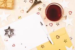 Model met een lege kaart, een witte pen en een envelop stock foto's