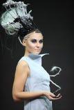 Model met fantasievol vlechtenkapsel stock foto