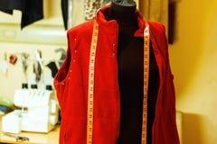 Model met het meten van band in kleermakersstudio royalty-vrije stock afbeeldingen