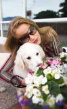 Model met hond Royalty-vrije Stock Afbeeldingen