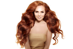 Model met lang rood haar Het Kapsel van golvenkrullen Schoonheidsvrouw met Lang Gezond en Glanzend Vlot Zwart Haar Upd royalty-vrije stock afbeelding
