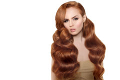 Model met lang rood haar Het Kapsel van golvenkrullen Schoonheidsvrouw met Lang Gezond en Glanzend Vlot Zwart Haar Upd royalty-vrije stock foto
