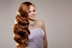 Model met lang rood haar Het Kapsel van golvenkrullen Schoonheidsvrouw met Lang Gezond en Glanzend Vlot Zwart Haar Upd stock foto's