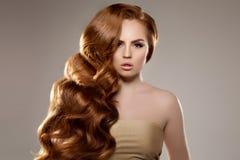 Model met lang rood haar Het Kapsel van golvenkrullen Schoonheidsvrouw met Lang Gezond en Glanzend Vlot Zwart Haar Upd stock afbeeldingen