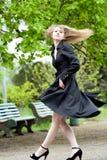 Model met lang vliegend haar in park royalty-vrije stock foto