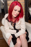 Model met Levendig Rood Haar als Voorzitter Stock Fotografie