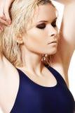 Model met nat blond haar, donkere samenstelling, bleke huid Stock Afbeeldingen