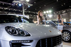 Model met Porsche Stock Foto