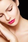 Model met samenstelling van manier de roze lippen, schone huid Royalty-vrije Stock Afbeelding