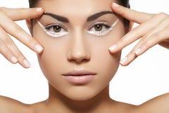 Model met schone huid, maniersamenstelling & manicure Royalty-vrije Stock Afbeelding