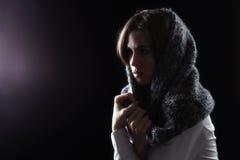 Model met Sjaal op Hoofd die Licht bekijken Royalty-vrije Stock Foto's