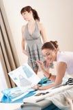 Model montage door vrouwelijke manierontwerper Stock Foto