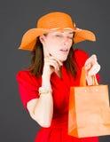 Model odizolowywający na prostym tła słuchaniu Zdjęcie Royalty Free