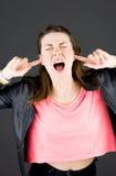 Model odizolowywający na prostym tle czopuje ucho Zdjęcie Royalty Free