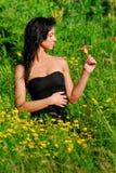 Model op een gebied van bloemen Royalty-vrije Stock Afbeeldingen