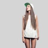 Model op een grijze achtergrond de jeugdstijl Royalty-vrije Stock Fotografie