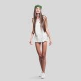 Model op een grijze achtergrond de jeugdstijl Stock Fotografie