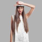 Model op een grijze achtergrond de jeugdstijl Stock Foto