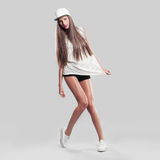Model op een grijze achtergrond de jeugdstijl Royalty-vrije Stock Foto's