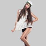 Model op een grijze achtergrond de jeugdstijl Royalty-vrije Stock Afbeelding