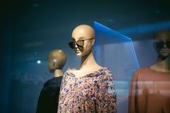 Model op een winkelvenster Stock Foto
