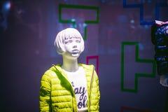 Model op een winkelvenster Stock Foto's