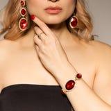 Model pokazuje dekorację od wiosny inkasowego akcesorium i jewellery Fotografia Royalty Free