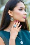 Model pokazuje dekorację od wiosny jewellery inkasowego a i Zdjęcia Stock