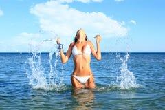 Model posera för härlig bikini Arkivfoton