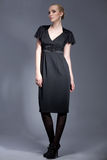 model posera för svart klänningafton Arkivfoton