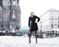 model posera gata för stad royaltyfria bilder