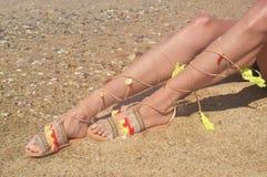 Model reklamuje artystycznych greckich sandały przy plażą obraz royalty free